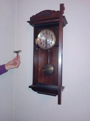 Reloj de pared antiguo con péndulo