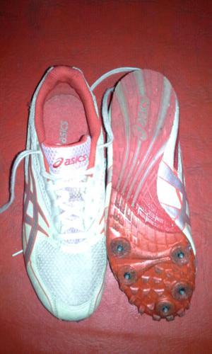 Zapatillas con clavos para atletismo.