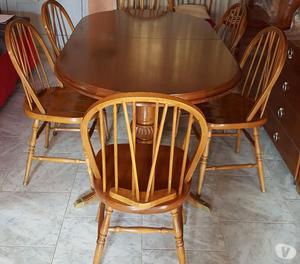 Mesa de comedor y ocho sillas de estilo