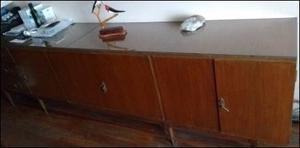 aparador antiguo con vidrio