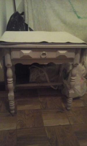 mesa de luz antigua de madera