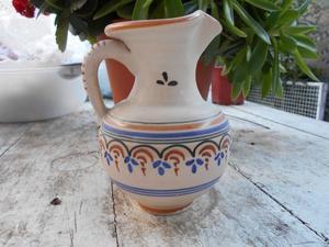 Hermosa jarra de cerámica española pintada a mano. Muy
