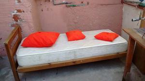 Vendo cama con colchon, frazadas y almohadones.