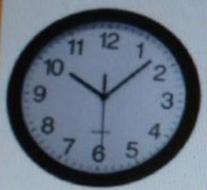 Reloj De Pared De 30cm De Fondo Blanco Y Borde Negro.