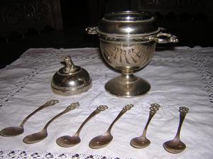 antigua azucarera de metal con 6 cucharitas de cobre