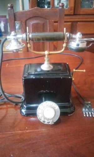 Antiguo telefono de horquilla, con tubo marca Ericsson & Co.