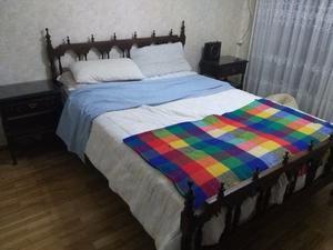 Juego de dormitorio matrimonial con cómoda y mesitas de luz