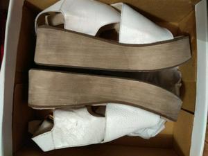 Sandalias blancas nro 37 un solo uso.