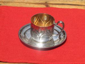 Juego de taza y plato de metal antiguo