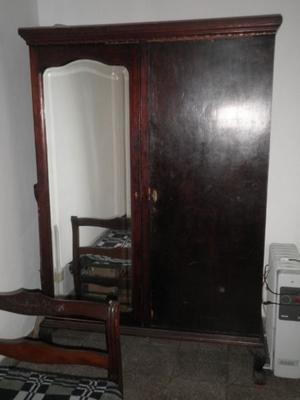 Ropero Ingles antiguo de 2 puertas c/ espejo biselado.