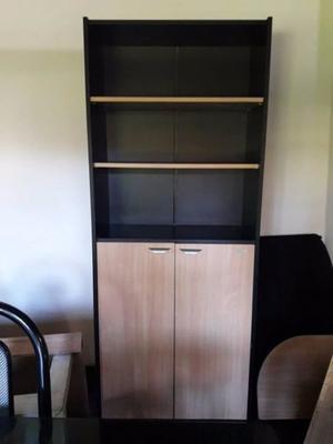 vendo biblioteca con estantes y puertas ideal oficina