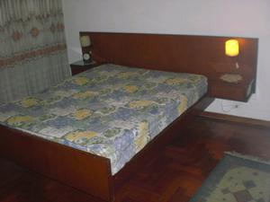 Juego de dormitorio matrimonial de cedro con espejo