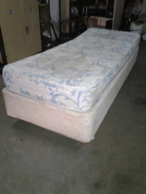 Cama sommier una plaza y media con colchón.