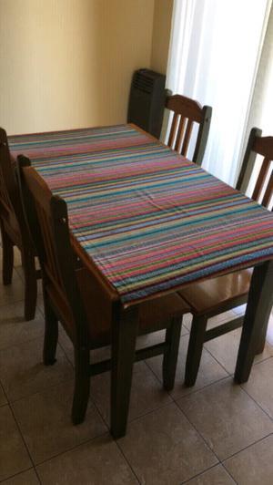 Mesa con cuatro sillas. Madera sólida.
