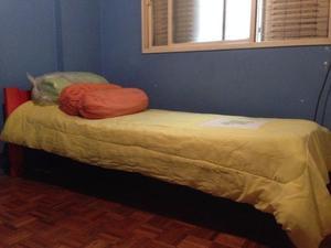 Cama chica con colchón, 2 acolchados y 2 almohadones