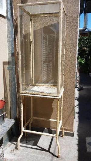 Vendo Vitrina antigua a reciclar de hierro y vidrio,