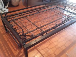 cama de hierro impecable con carro abajo