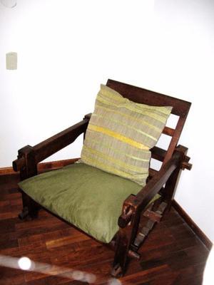 Dos hermoso sillones en algarrobo, con sus almohadones.
