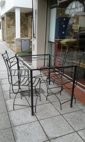 mesa y sillas de hierro