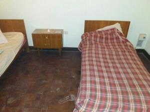 liquido 2 camas de 1 plaza y 1 mesa de luz