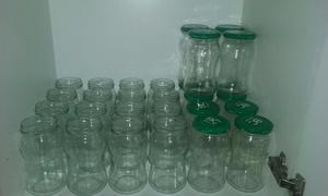 Frascos de vidrio con y sin tapa.