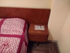 cama de 2 plazas con mesa de luz incorporadas