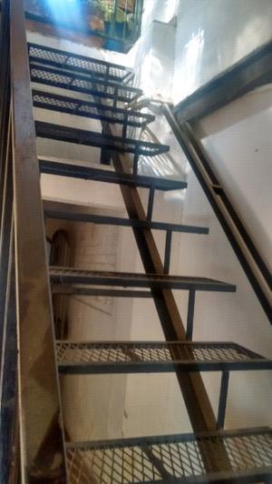 Vendo escalera de hierro reforzada.