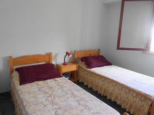 3 camas de una plaza con colchón +catre y mesas de luz