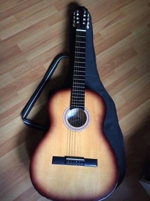 Guitarra criolla y funda casi sin uso