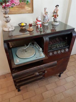 Mueble antiguo combinado - Tocadisco y Radio.