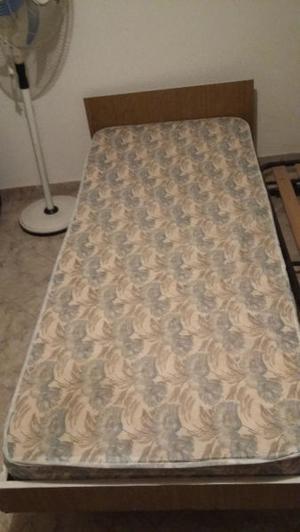 Cama de 1 plaza mas cama carrito con un colchon.
