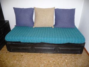 Comodo sofa cama para dos personas.