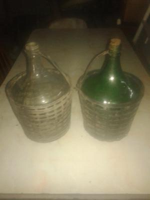 Dos damajuanas antiguas de vidrio.
