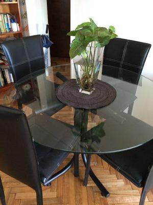 Mesa redonda con base de vidrio y 4 sillas de cuero