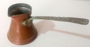 Antigua cafetera chocolatera de cobre en miniatura