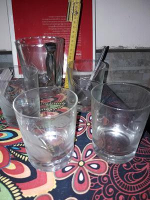 Hielera y vasos de cristal