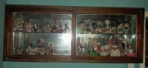 Colección de muñecas con vitrina