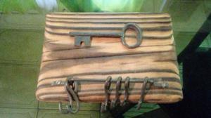 Adorno llavero de madera