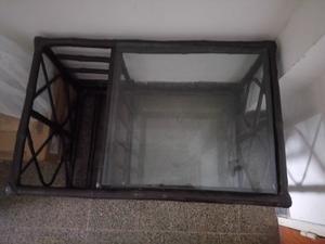 Mesa ratona tipo revistero de mimbre y vidrio