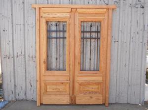 Puerta de frente en madera antigua pinotea con rejas