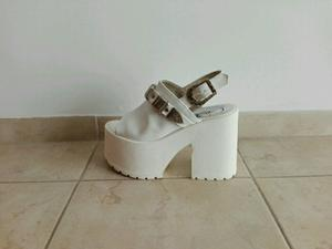 Sandalias plataformas blancas número 36 con hebillas