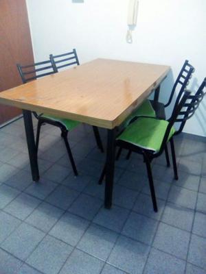 mesa con base de hierro y sillas