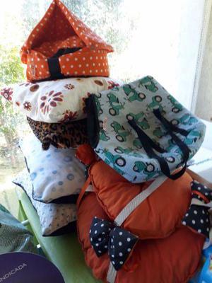 almohadas, casitas y transportadora para perros y gatos.