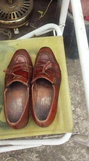 un par de zapatos marrones