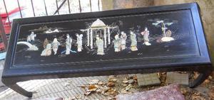 mesa china con incrustaciones de piedras talladas.-