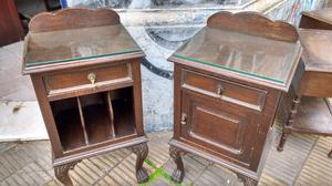 Antiguas mesas de luz estilo chippendale de Roble
