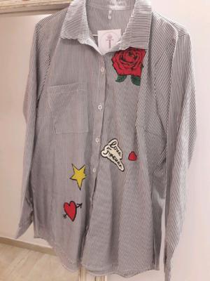 Camisa rayada con apliques