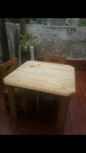 Mesa y 2 sillas para niños en perfecto estado