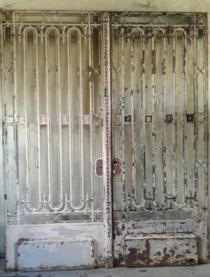 Portón de hierro macizo