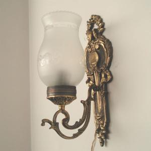 Hermoso aplique de bronce con tulipa de vidrio tallado
